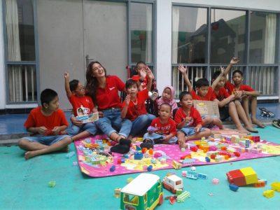 Nadine Candrawinata & Loacker Ajak Anak Sayap Ibu Bermain